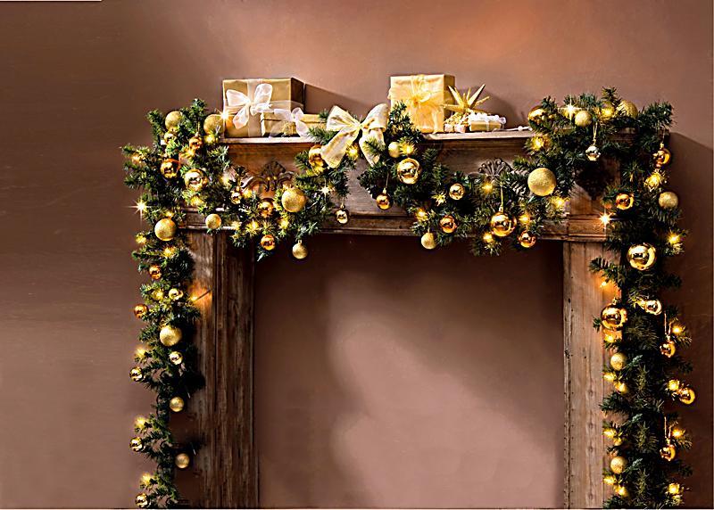 tannengirlande mit christbaumkugeln und beleuchtung. Black Bedroom Furniture Sets. Home Design Ideas