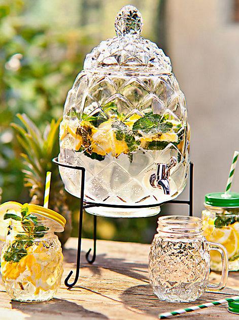 Geränkespender in Ananasform und Glaskrüge