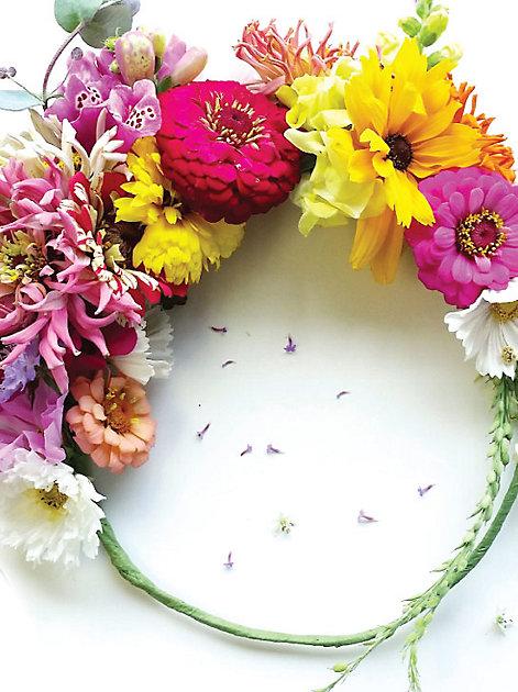 Bezaubernd: Ein Blumenkranz aus bunten Blüten