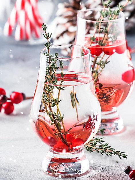 Winter-Trendgetränk: ein Gin-Botanical mit Rosmarin und Früchten