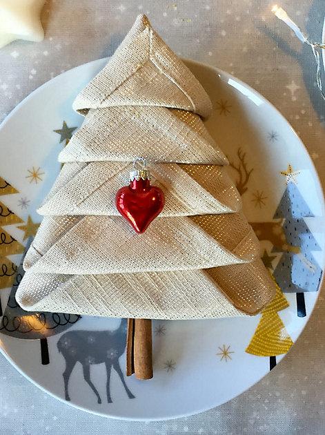 Wunderschön stimmungsvoll: Serviette zum Tannenbaum gefaltet