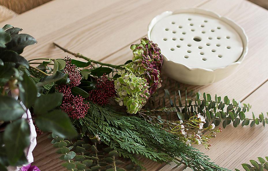 Neben grüner Thuja und Eukalyptus kommen Hortensien, Skimmia und Wachsblumen zum Einsatz.