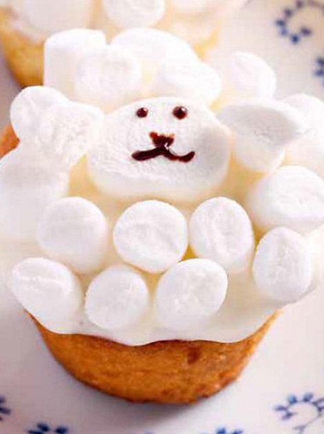 """Rezept für Süsse Marshmallow-Schäfchen aus """"Modetorten mit Lieblings-Süssigkeiten"""""""