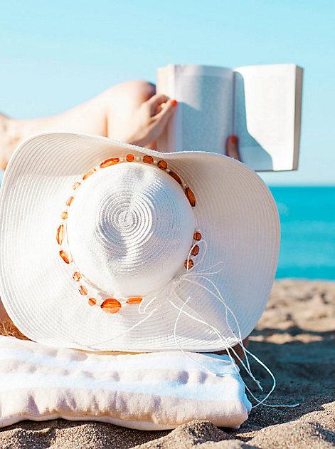 Eine Strandtasche voller Taschenbücher – Liebe, Leidenschaft & Krimis