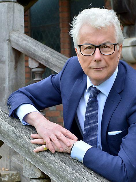 Er ist DER Meister seines Fachs: Ken Follett – Bestsellerautor, Geschichtsschreiber, Spion im Herzen, Gentleman und Weltstar.