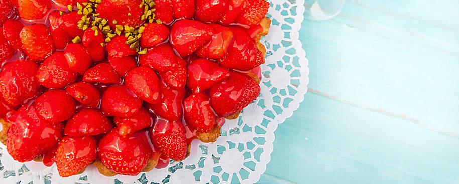 """#Frische Kuchen für heiße Tage - im Sommer backen mit Weltbild!#  Draußen sitzen, die Sonne genießen und dann noch ein frisches Stück fruchtige **Sommertorte** ... Was gibt es besseres als einen leckeren und vor allem selbstgemachten Kuchen in der heißen Jahreszeit? Genießen Sie die Vielfalt von saftigem Erdbeer-Vanille-Kuchen bis zu **Kühlschranktorten** wie der Früchte-Joghurt-Torte oder der Espresso-Torte.  Hier finden Sie **alles, was Sie zum Thema """"Im Sommer backen"""" benötigen.**"""