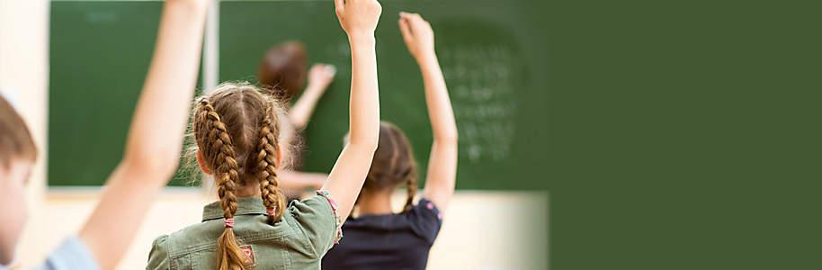 """#Alles für die Schule  Rüsten Sie sich oder ihre Kinder mit dem idealen Schulmaterial aus. Bei Weltbild gibt es das Passende für jedes Alter. Schreibzeug, """"Znüni""""-Boxen, coole Rucksäcke, Lernhilfen, Schulbücher und viele tolle Möbel fürs Kinderzimmer oder Büro finden Sie in diesem Themenspecial.    Wir wünschen allen Schülerinnen und Schülern viel Freude und Erfolg! Viel Spass beim Auswählen...."""