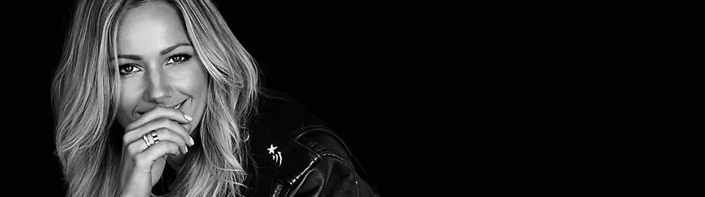 """##Helene Fischer##  Helene Fischer, geboren 1984, zählt seit einigen Jahren zu den erfolgreichsten Künstlerinnen Europas. Ihre ersten Schritte im Musikgeschäft machte sie als Musical-Darstellerin, ihre Ausbildung absolvierte sie an der Stage & Musical School in Frankfurt. Mit ihren erfolgreichen Alben und einer rasant wachsenden Fangemeinde im Rücken trug sie maßgeblich dazu bei, traditionelle Schlagermusik zu entstauben und diese wieder in die Charts und auf die großen Konzertbühnen zu holen. Mit ihrem Studioalbum """"Farbenspiel"""" aus dem Jahr 2013 brach sie zahlreiche Rekorde, wurde mehrfach ausgezeichnet, setzte neue Maßstäbe im Live-Entertainment und etablierte sich nebenbei noch als TV-Star – u.a. mit einer eigenen Sendung im ZDF, der """"Helene Fischer Show"""".  {{ button href=""""/musik/kuenstler/helene-fischer"""" text=""""Zu den CDs"""" }}"""
