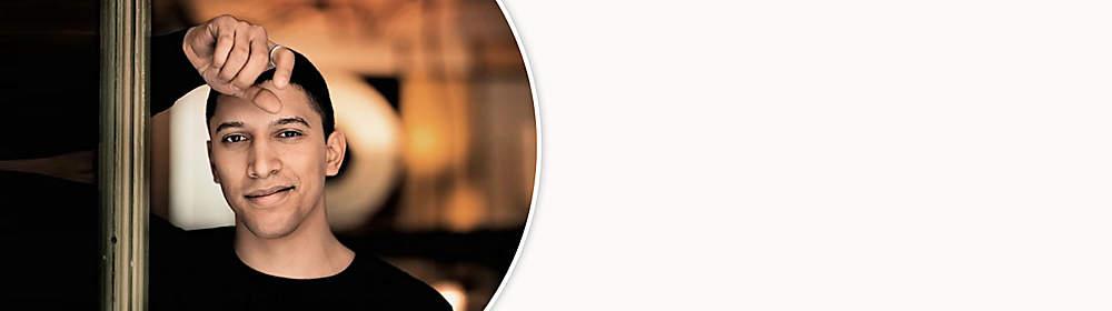 """##Andreas Bourani##  Drei Jahre sind seit der Veröffentlichung des ersten Albums von Andreas Bourani ins Land gegangen – aber vielleicht muss es so sein! Um ein Album zu schaffen, das in jedem Ton und in jeder Zeile eine Künstlerpersönlichkeit zeigt, die uns tief und offen in ihre Seele blicken lässt. Das erfordert Mut, wird aber mehr als belohnt: Andreas Bourani hat für seine neue Platte """"HEY"""" große Pop-Songs geschrieben, die mit Ehrlichkeit und Nachvollziehbarkeit berühren. Wohl auch, weil sie nicht nur die guten Momente des Lebens feiern.  Die neuen Songs auf """"HEY"""" sind der Spiegel dafür. Dafür, dass Prozesse, egal ob persönlich oder künstlerisch, manchmal von Zweifeln begleitet werden, auch in Rückschau auf das bisher Erreichte. Und sie sind ein Spiegel für die Qualitäten von Andreas Bourani. Als Künstler und Mensch. Seine außergewöhnliche Stimme und seine warme Stimmfarbe hat er – zum Glück – behalten. Sie ist sogar noch besser geworden und gehört wohl zur einer der besten Stimmen in Deutschland.  {{ button href=""""/artikel/musik/hey-limited-edition-cd-dvd_20293866-1"""" text=""""Zur aktuellen CD""""}}"""