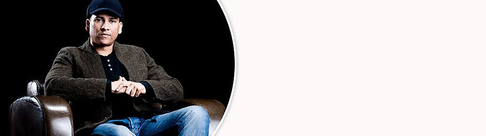 """##Söhne Mannheims mit Xavier Naidoo##  Xavier Naidoo ist ein deutscher Soul- und R&B-Sänger. Neben seiner Solokarriere ist er Gründungsmitglied der deutschen Musikgruppe Söhne Mannheims, Mitinitiator der Mannheimer Popakademie und hat mit eigene Plattenlabels gegründet.   Naidoos Liedtexte befassen sich unter anderem mit bekennendem Christentum, apokalyptischen Szenarien und mit Nächstenliebe. Neben seiner Band engagiert er sich bei vielen Projekten, darunter Brothers Keepers, Rock gegen Rechts, Rilke Projekt, Zeichen der Zeit.   Naidoos Debütalbum Nicht von dieser Welt verkaufte sich seit 1998 über eine Million Mal. Seine vier weiteren Soloalben Zwischenspiel – Alles für den Herrn (2002), Telegramm für X (2005), Alles kann besser werden (2009) und Bei meiner Seele (2013) erreichten ebenfalls Platz eins der deutschen Albumcharts. Bereits im zweiten Jahr ist Xavier Naidoo Gastgeber der erfolgreichen TV-Musik-Sendung """"Sing meinen Song - Das Tauschkonzert"""" auf VOX.  {{ button href=""""/artikel/musik/evoluzion-evoluzion_19967638-1"""" text=""""Zur aktuellen CD""""}}"""
