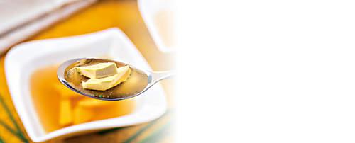 """###Eierstich Royal-Suppe    Eierstichrauten schmecken auch auf grünen Salaten sehr gut. Den Salat kann zusätzlich mit trocken gerösteten Sonnenblumenkernen bestreut und somit bereichert werden. Dieses Rezept ist für ein forciertes Abnehmen geeignet.  {{ button href=""""/news/downloads/154-Eierstich-Royal-Suppe.pdf"""" text=""""Rezept gratis herunterladen""""}}"""