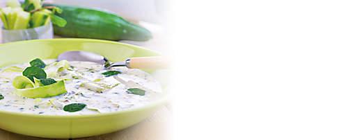 """###Kalte Gurken-Knoblauch-Suppe  Gurken bestehen zu 96 Prozent aus Wasser. Sie sind dadurch äusserst kalorienarm, liefern aber dennoch wertvolle Vitamine wie Vitamin A, B1 und C, sowie viele Mineralien wie Phosphor, Eisen, Kalium und Calcium. Diese Rezept-Idee wird mit dem Probiotik-Eiweiss-Drink Variante Bouillon zubereitet und ist für forciertes Abnehmen geeignet.   {{ button href=""""/news/downloads/160-Kalte-Gurken-Knoblauch-Suppe.pdf"""" text=""""Rezept gratis herunterladen""""}}"""