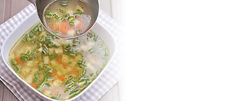 """###Kohlrabi-Karotten-Suppe  Diese schnelle Rezept-Idee kann mit Topinambur oder Steckrüben statt Karotten variiert werden. Jede Rezept-Variante ist mit dem Probiotik-Eiweiss-Drink zubereitet und für forciertes Abnehmen geeignet.   {{ button href=""""/news/downloads/164-Kohlrabi-Karotten-Suppe.pdf"""" text=""""Rezept gratis herunterladen""""}}"""