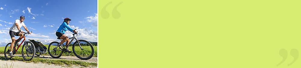"""Familie M. aus Freiburg, Weltbild-Kunden: """"Wir lieben den Sommer""""      *""""Gerade mit kleinen Kindern kann man es kaum erwarten, bis man endlich wieder öfter raus kann. Wir alle genießen es, einen kleinen Proviant einzupacken und loszuziehen. Jetzt werden die Spielplätze unsicher gemacht und kleine Ausflüge unternommen. Auch Ideen für eine Radtour haben wir schon - mit einem Fahrradanhänger ist das auch mit Kindern machbar. Für passendes Equipment halten wir immer erst bei Weltbild Ausschau - und haben dabei schon viele gute Funde gemacht!""""*"""