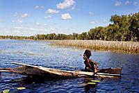 10 Kanus, 150 Speere und 3 Frauen - Produktdetailbild 1
