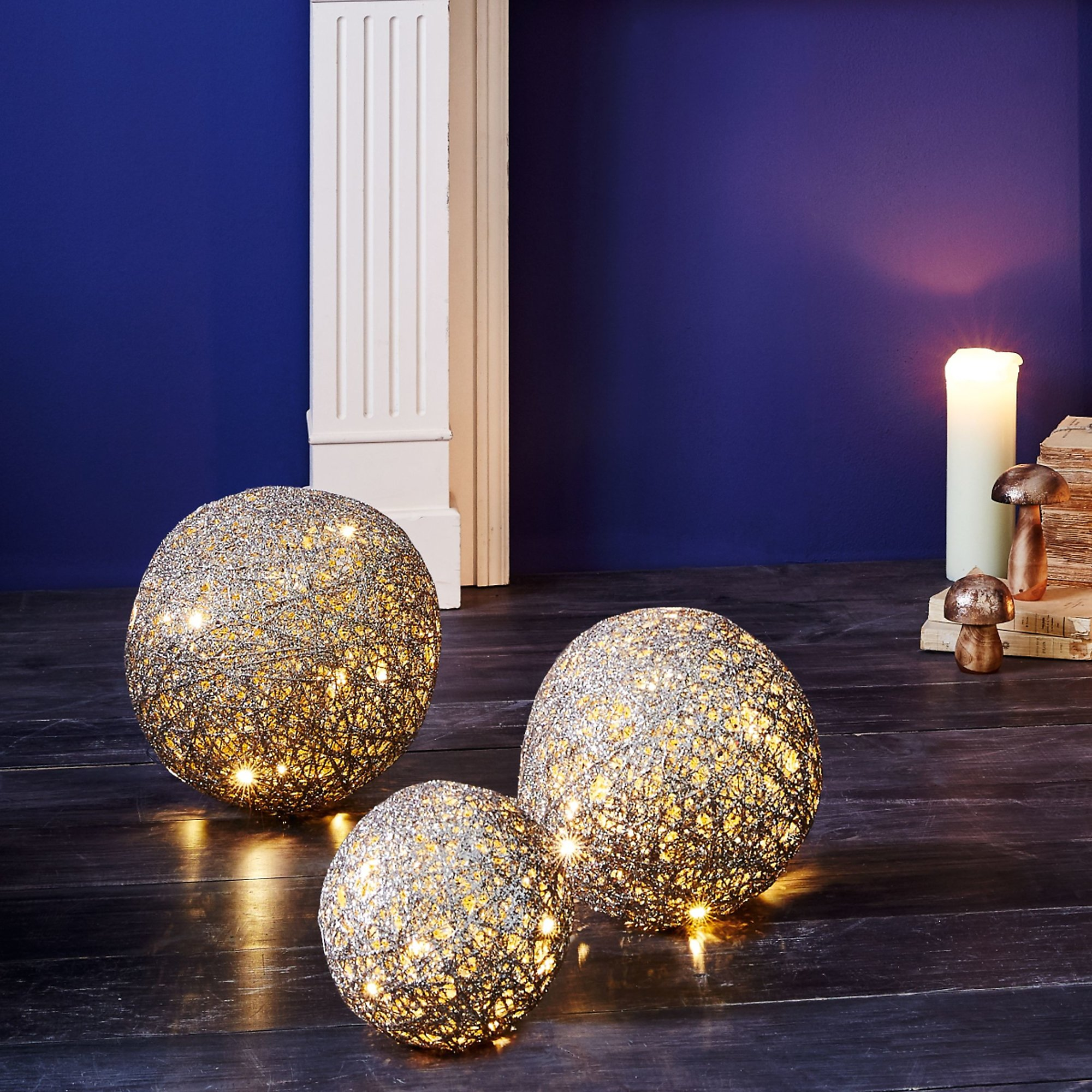Beleuchtete Weihnachtskugeln.Beleuchtete Dekokugel Mit Leds Batteriebetrieben Weltbild De