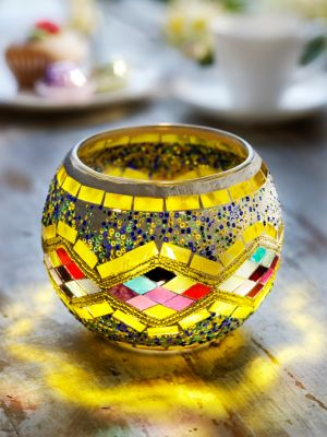 Mosaik-Kerzenhalter mit LED-Kerze, gelb