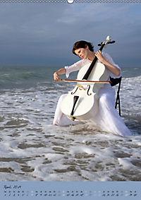 Weißes Cello auf Reisen (Wandkalender 2019 DIN A2 hoch) - Produktdetailbild 4